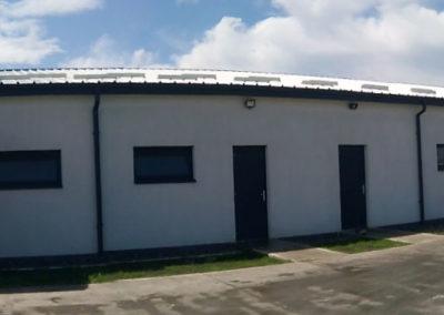 Installation de fenêtres en PVC et de portes extérieures à l'usine de Laktotrio, Suceava